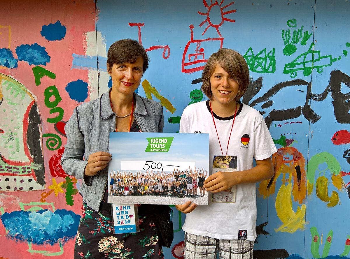 Jugendtours spendet Scheck an Kinderstadt Halle