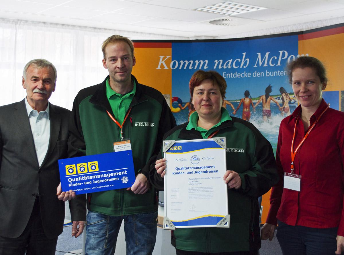Übergabe des QMJ-Zertifikat an die Mitarbeiter/innen des Jugendtours-Feriendorf Ummanz