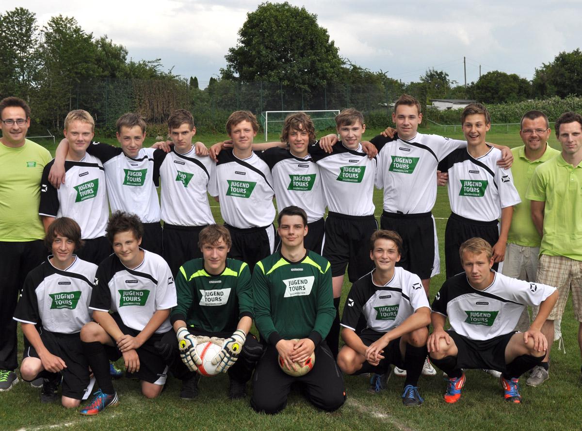 Jugendtours unterstützt Fußball-Nachwuchs mit Trikots