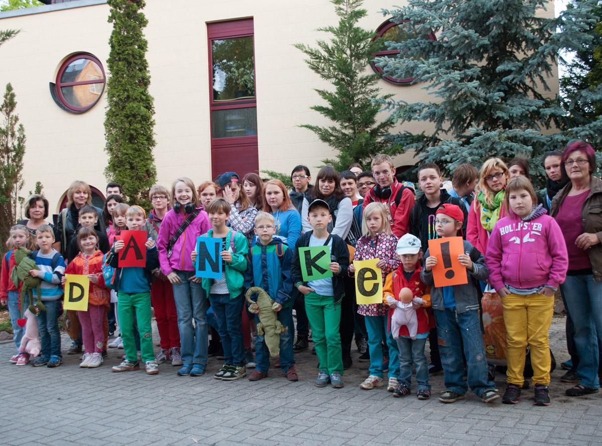 Jugendtours spendet eine Fahrt in den Heide Park Soltau an das Kinderheim Clara Zetkin