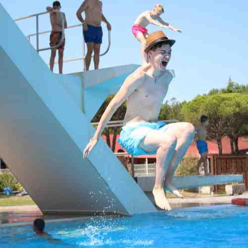 Pools, Sprungturm, Sportplätze und Privatstrand