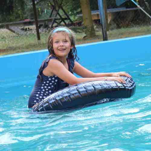Schwimmbad Action an warmen Tagen